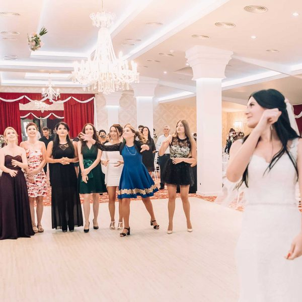 Aruncatul buchetului la nunta fotografie Anca si Dragos