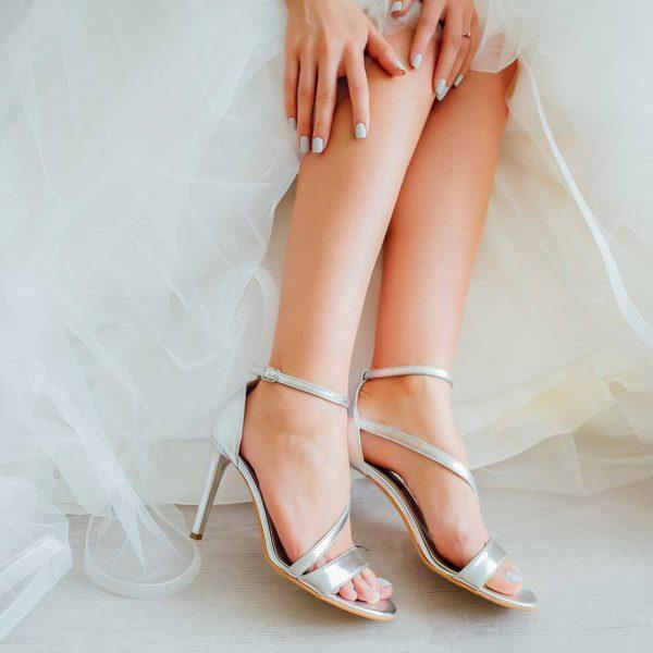 Detaliu picioare si pantofi mireasa