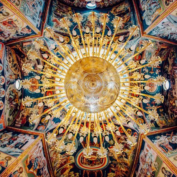 Fotografie detaliu candelabru biserica