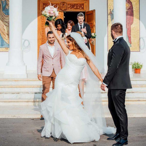 Fotografie iesire mireasa si mire la biserica Cristina si Razvan
