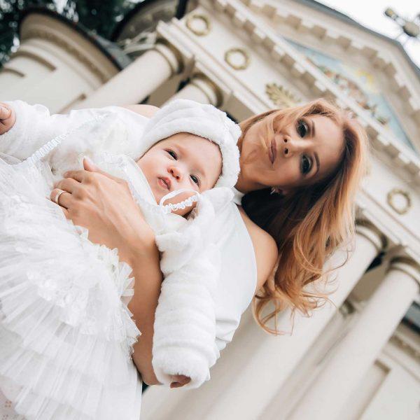 Fotografie mamica si fetita in fata bisericii