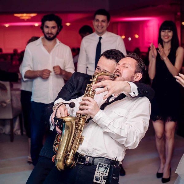 Fotografie mire canta la saxofon nunta Monica si Razvan