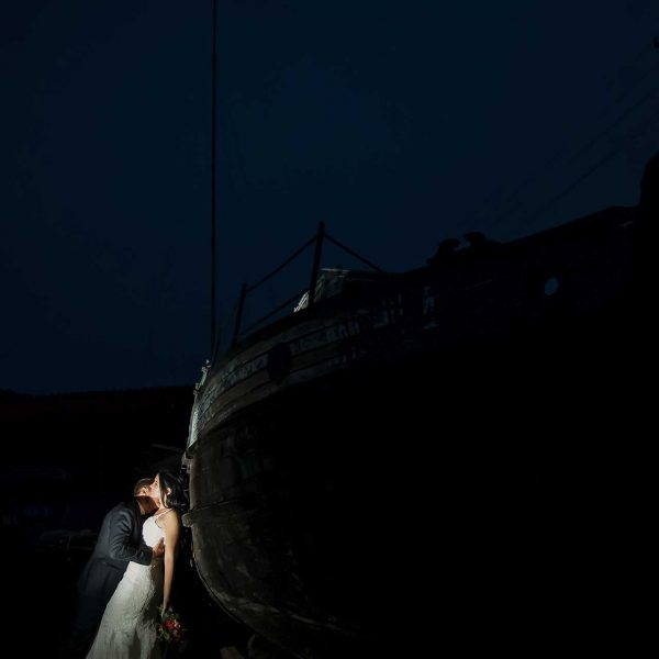 Fotografie noaptea langa barca trash the dress