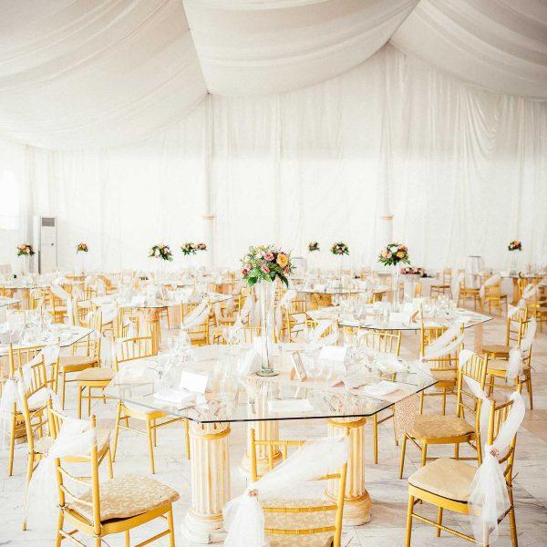 Fotografii nunta detaliu mese restaurant scaune chiavari