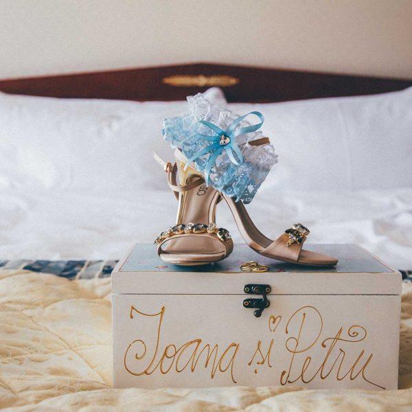Pantofi mireasa nunta Ioana si Petru in camera hotel Intercontinental