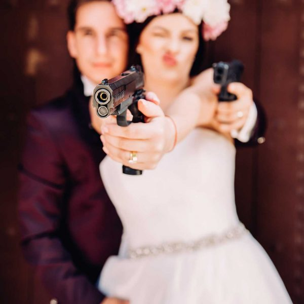 Trash the dress in stilul Bonnie and Clyde