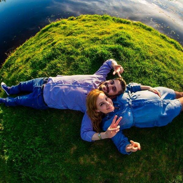Fotograf maternitate parinti langa lac