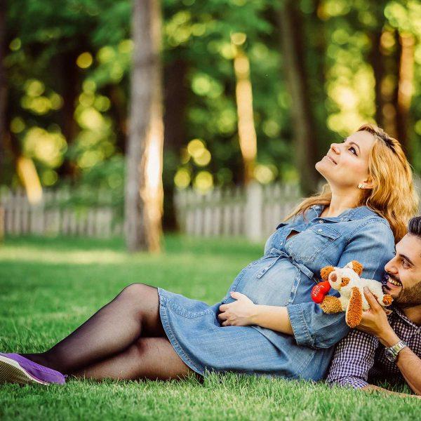 Fotografie maternitate parinti in iarba