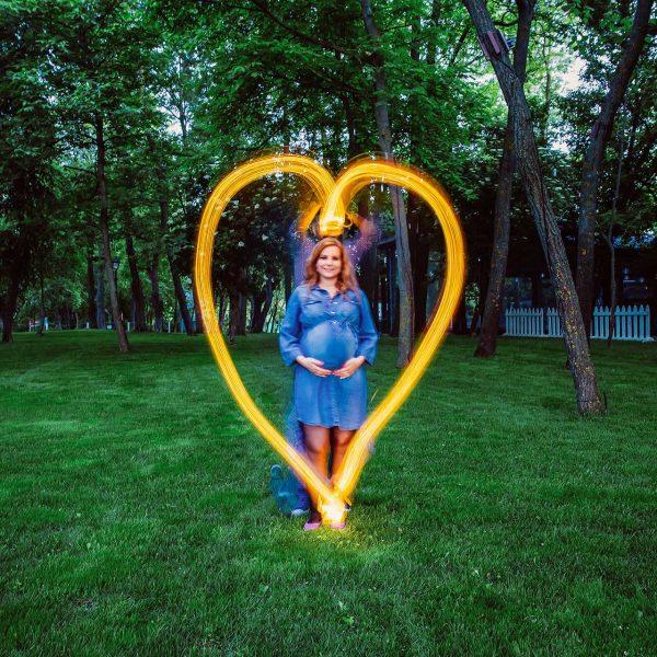 Inimioara formata din luma la sedinta foto de maternitate