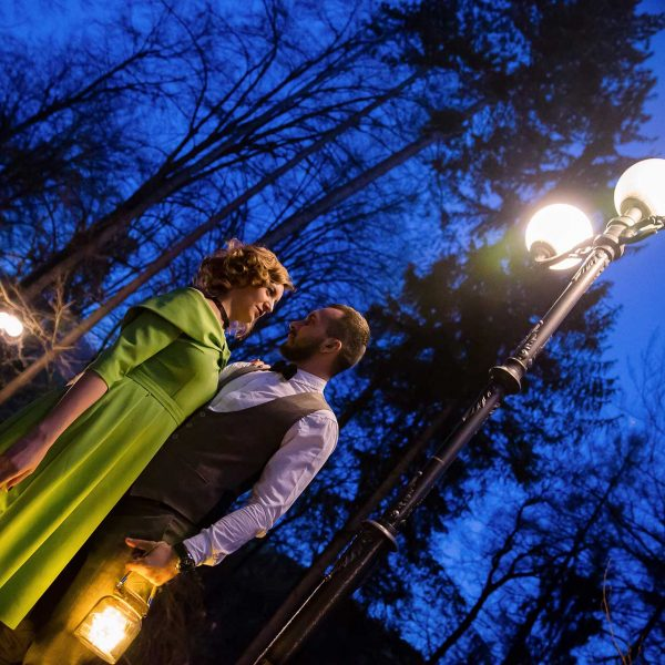 Miri la plimbare noaptea pe aleea de la cetatea Rasnov